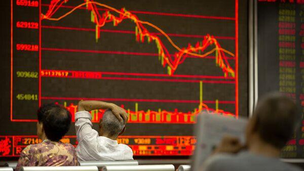 Китайские инвесторы наблюдают за котировками ценных бумаг в брокерской конторе в Пекине, КНР. 6 июля 2018