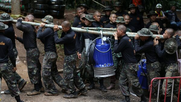 Военные несут водяной насос к пещере Тхам Луанг в провинции Чиангмай, Таиланд. 6 июля 2018 года