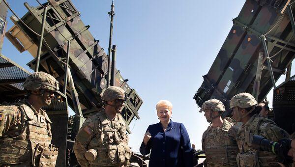 Президент Литвы Даля Грибаускайте у американского ракетного комплекса Patriot во время учений НАТО в Литве