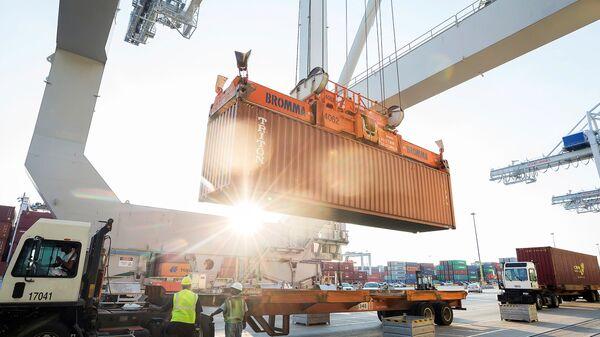 Грузовой контейнер в порту Саванна в США