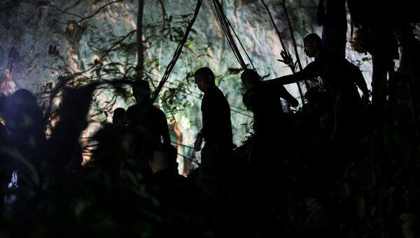 Военные у пещеры Тхам Луанг в провинции Чиангмай, Таиланд