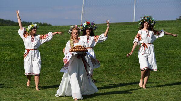 Девушки во время праздника Ивана Купалы