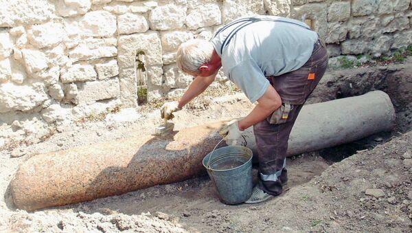 Гранитное цилиндрическое основание под солнечные часы, найденное в Ханском дворце Бахчисарая. 8 июля 2018