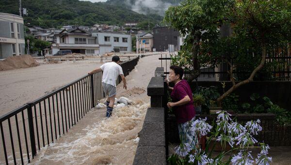 Местные жители во время наводнения в Японии. Архивное фото
