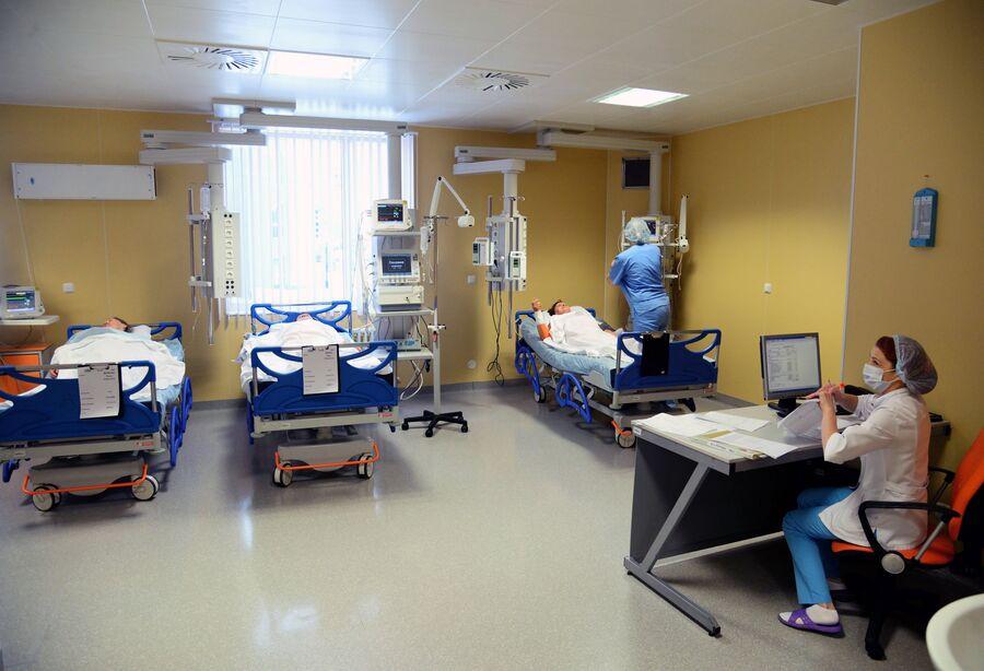 Пациенты и медсестры в отделении реанимации в Федеральном центре сердечно-сосудистой хирургии РФ в Хабаровске