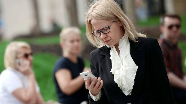 Женщина с мобильным телефоном. Архивное фото