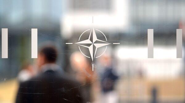 Эмблема Организации Североатлантического договора (НАТО) в Брюсселе