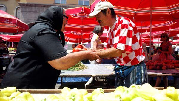 Продавец на рынке Загреба