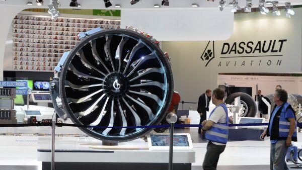 Стенд компании Dassault Aviation на 51-м международном парижском авиасалоне Paris Air Show - Le Bourget в выставочном центре Ле Бурже во Франции