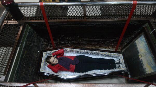 Посетители на выставке Танго смерти в XXI веке в Музее мировой погребальной культуры, расположенном на территории Новосибирского крематория
