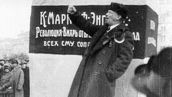 В. И. Ленин выступает на открытии временного памятника Карлу марксу и Фридриху Энгельсу на площади Революции. 7 ноября 1918 года
