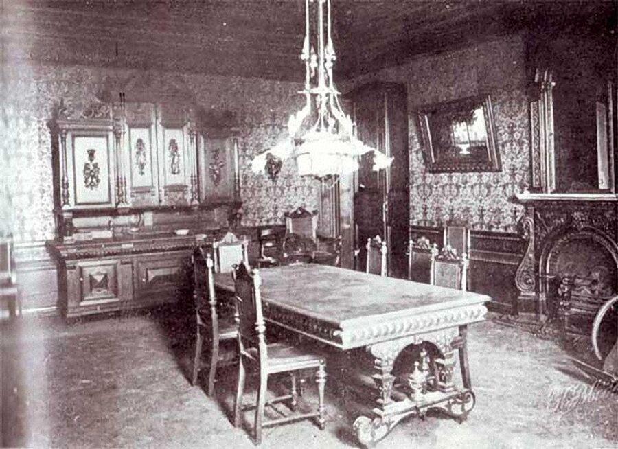 Столовая, видимая на снимке дверь ведет в комнату Великих Княжон в Доме Ипатьева