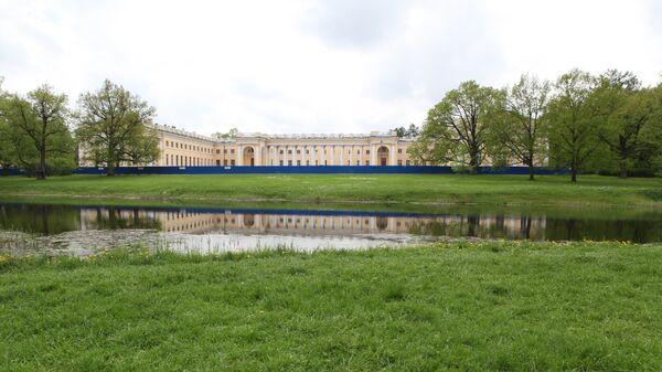 Вид на Александровский дворец со стороны пруда