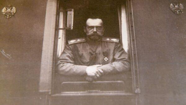 Фотография императора Николая II в окне вагона императорского поезда (май 1916 года) в музее святой царской семьи в Екатеринбурге