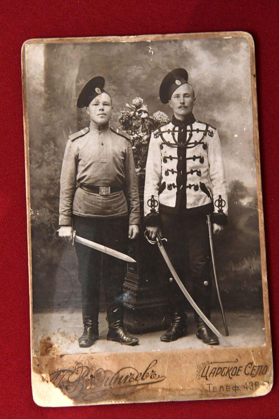 Фотография участников сопровождения царской семьи из Царского Села в Тобольск в 1917 году в музее святой царской семьи в Екатеринбурге