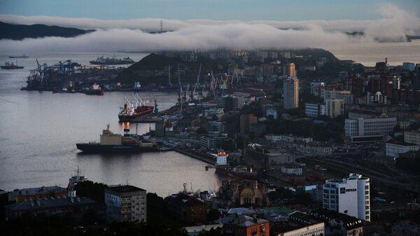 Вид на центр города вечером с сопки Орлиное гнездо во Владивостоке