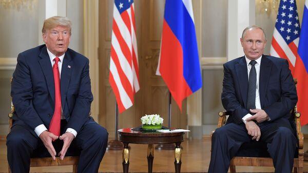 Президент РФ Владимир Путин и президент США Дональд Трамп (слева) во время встречи в президентском дворце в Хельсинки. Архивное фото
