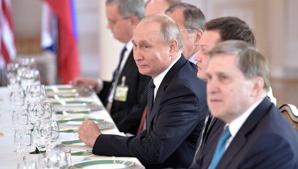 Президент РФ Владимир Путин во время российско-американских переговоров в расширенном составе в президентском дворце в Хельсинки. 16 июля 2018
