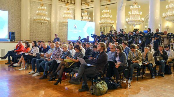 Журналисты во время пресс-конференции в Колонном зале Дома Союзов в Москве