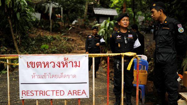 Полиция на посту около пещерного комплекса Тхам Луанг после завершения спасательной миссии в футбольной команды Дикие кабаны и их тренера, Таиланд. 16 июля 2018