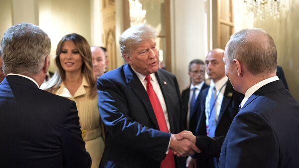 Президент РФ Владимир Путин и президент США Дональд Трамп с супругой Меланьей после совместной пресс-конференции в Хельсинки. 16 июля 2018