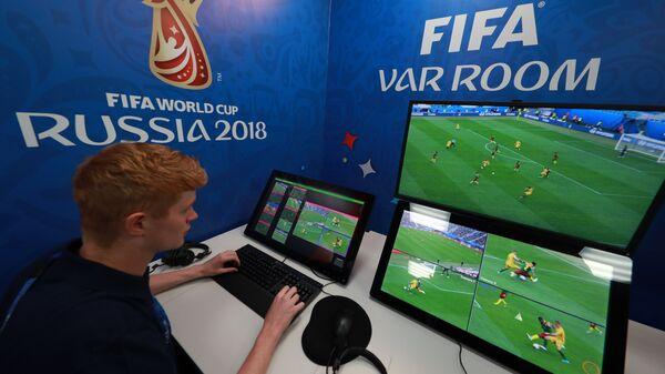 Контрольная комната системы видеопомощи арбитрам (VAR) в Международном вещательном центре ЧМ-2018 по футболу в Москве