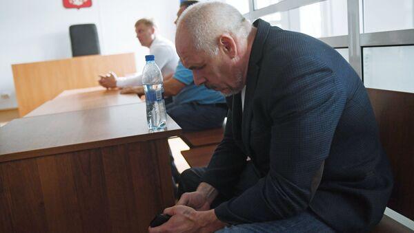 Бывший начальник Московского уголовного розыска генерал-майора МВД Виктор Трутнев в Московском гарнизонном военном суде, признавшем виновным его в посредничестве во взяточничестве. 18 июля 2018