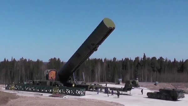 Загрузка баллистической ракеты Сармат перед пуском во время испытаний