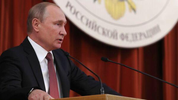 Владимир Путин выступает на совещании послов и постоянных представителей РФ. 19 июля 2018