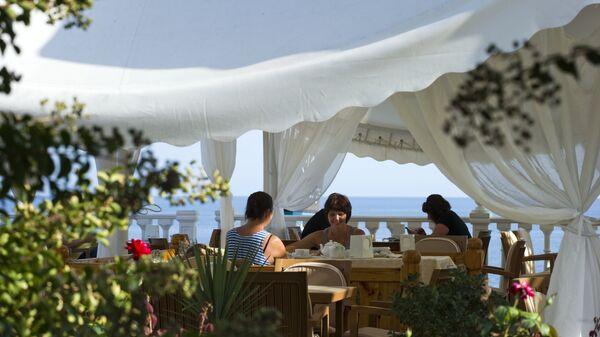 Отдыхающие в кафе отеля, Алушта