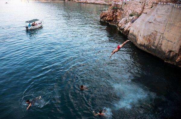 Дети прыгают в море со скал в Балаклаве
