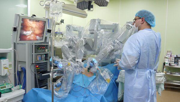 Робот-хирург удаляет пациенту предстательную железу, пораженную раком