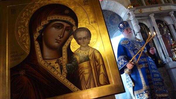 Митрополит Екатеринодарский и Кубанский Исидор в храме святого пророка Илии в Краснодаре во время литургии и освящения иконы Божией Матери Казанская