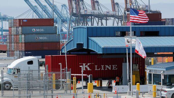 Грузовики на разгрузке контейнеров с судна в порту Лос-Анджелеса, Калифорния, США