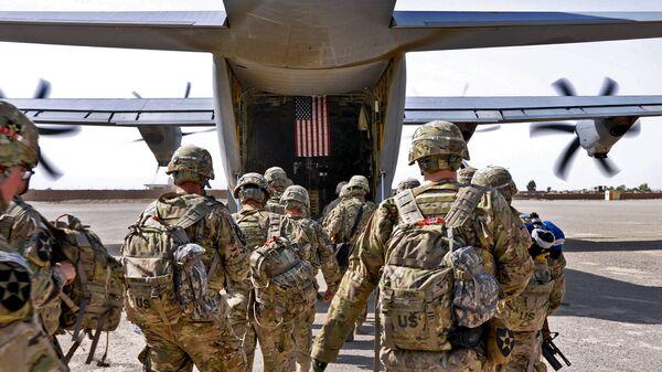 Батальон солдат США загружается в военный самолет. Архивное фото