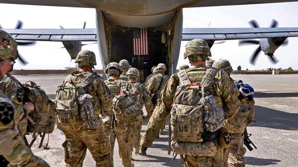 Батальон американских солдат загружается в военный самолет