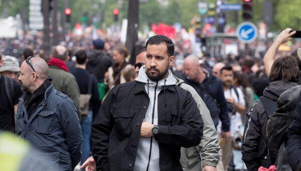 Советник президента Франции Александр Беналля во время столкновений с активистами на майском митинге в Париже. Архивное фото