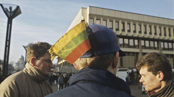 Добровольцы у здания литовского парламента. Январь 1991