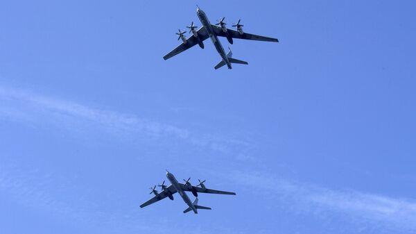 Самолеты Ту-95 на первой сводной репетиции парада в честь Дня Военно-морского флота в Кронштадте