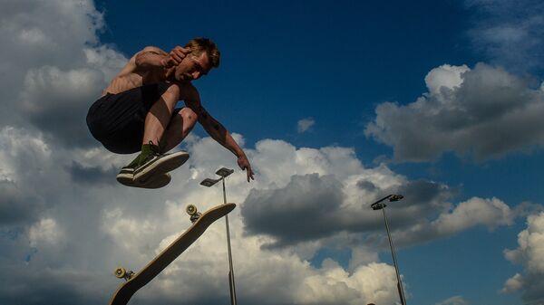 Спортсмен в скейт-парке