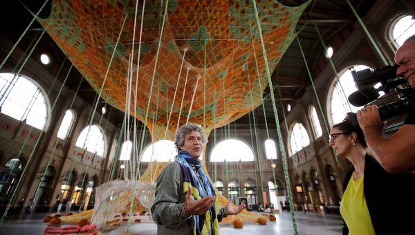 Эрнесто Нето рядом с инсталляцией Gaia Mother Tree на железнодорожном вокзале Цюриха
