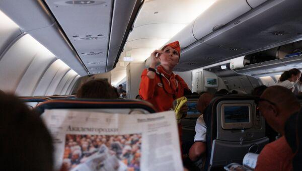 Пассажиры и бортпроводница в самолете авиакомпании Аэрофлот во время полета