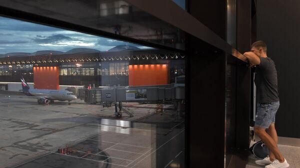 Пассажир в зале ожидания терминала B международного аэропорта Шереметьево