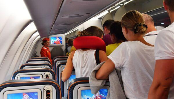 Пассажиры выходят из самолета авиакомпании Аэрофлот