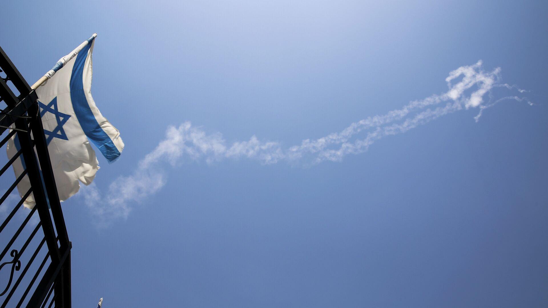 Конденсационные следы ракет Patriot на небе на севере Израиля - РИА Новости, 1920, 11.05.2021