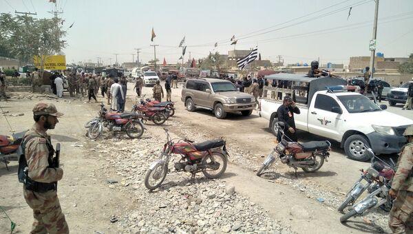 Офицеры безопасности рядом с местом взрыва избирательного участка в городе Кветта в Пакистане. 25 июля 2018