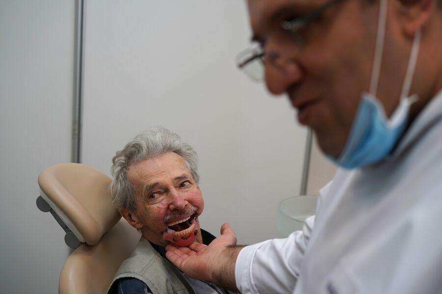 Игорь Бачелис во время примерки протеза