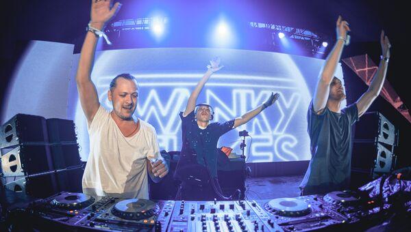 Выступление группы Swanky Tunes