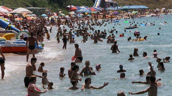 Отдыхающие на пляже в Учкуевке