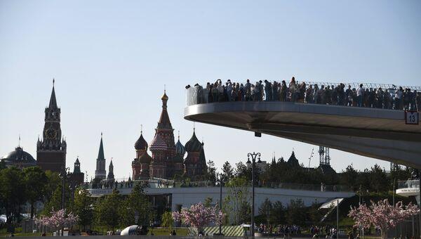 Посетители на Парящем мосту в природно-ландшафтном парке Зарядье в Москве